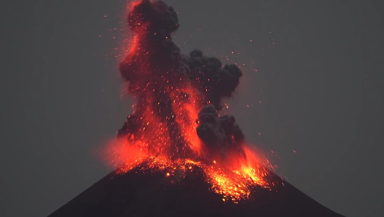 Вулкан Кракатау породил молнию (видео)
