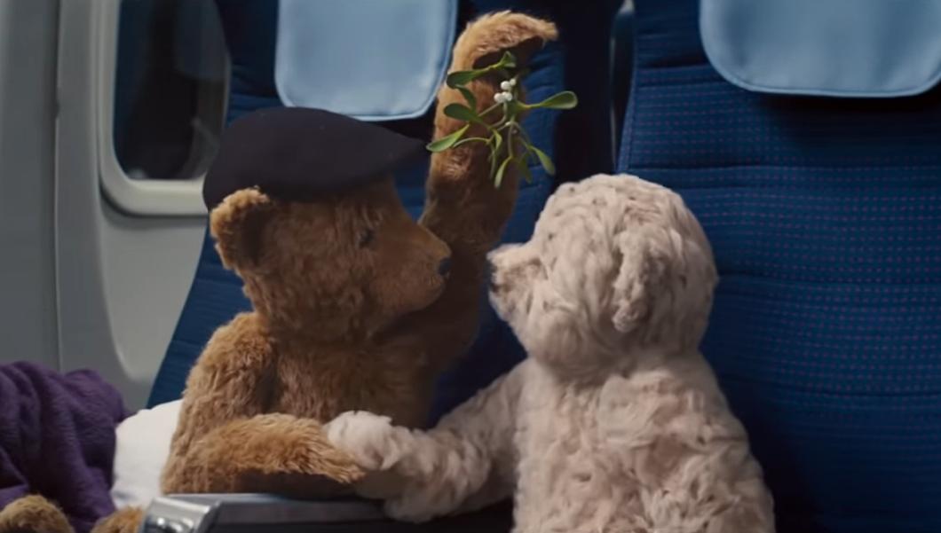 Мишки летят домой: аэропорт Хитроу снова записал трогательный ролик к Рождеству