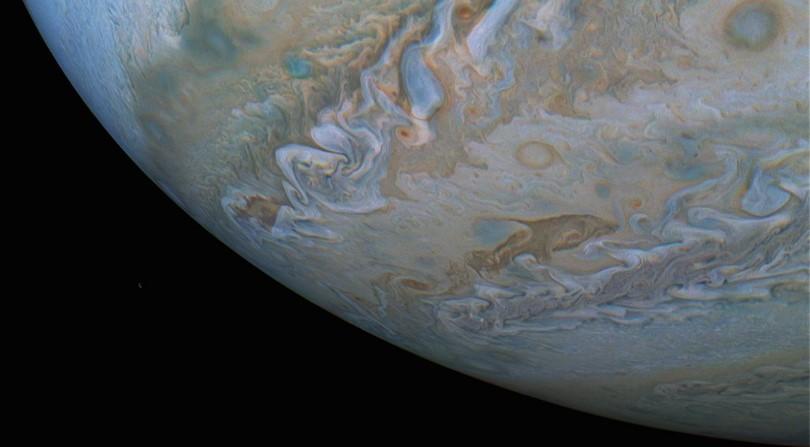 Зонд NASA сфотографировал на Юпитере дельфина
