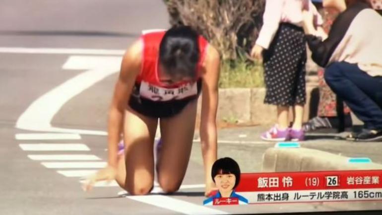Японская бегунья доползла до финиша со сломанной ногой