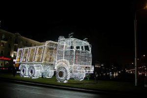 Минск украсили светящимся грузовиком