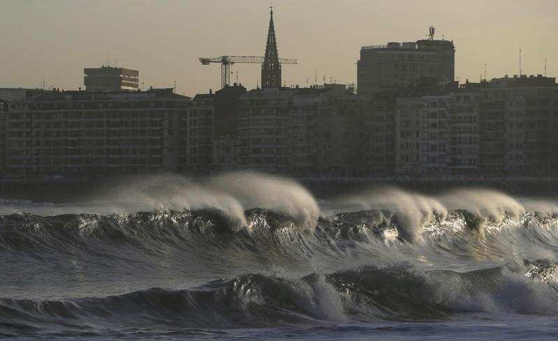 Шторм в Испании: волны достигали 10 метров