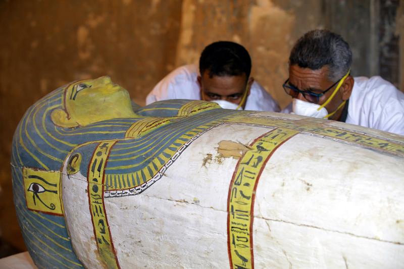 В Египте открыли саркофаг с неповрежденной мумией внутри (видео)