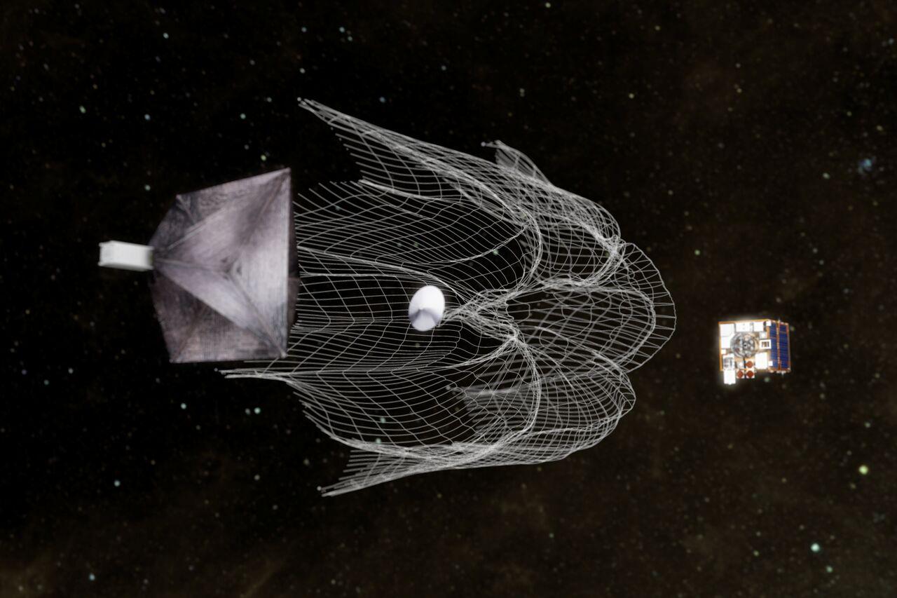 В Сети появилось видео того, как спутник собирает в космосе мусор