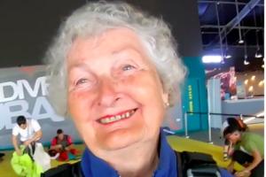 82-летняя туристка прыгнула с парашютом и стала звездой Instagram (видео)