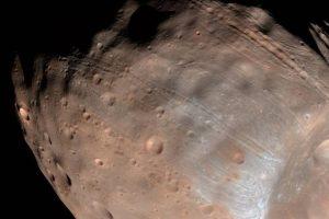 Астрономы выяснили, кто расцарапал спутник Марса