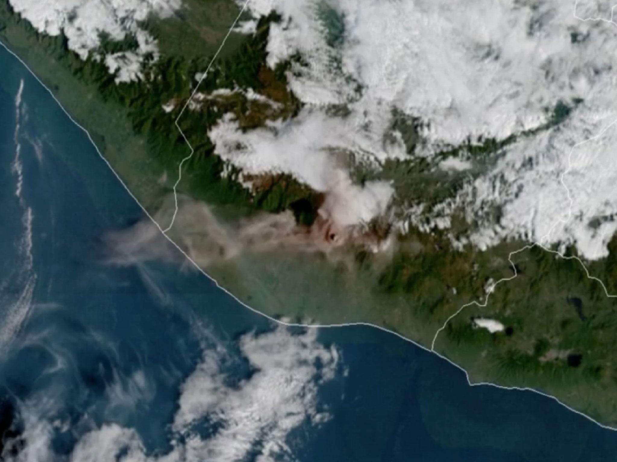 Мощное извержение вулкана в Гватемале: вид из космоса