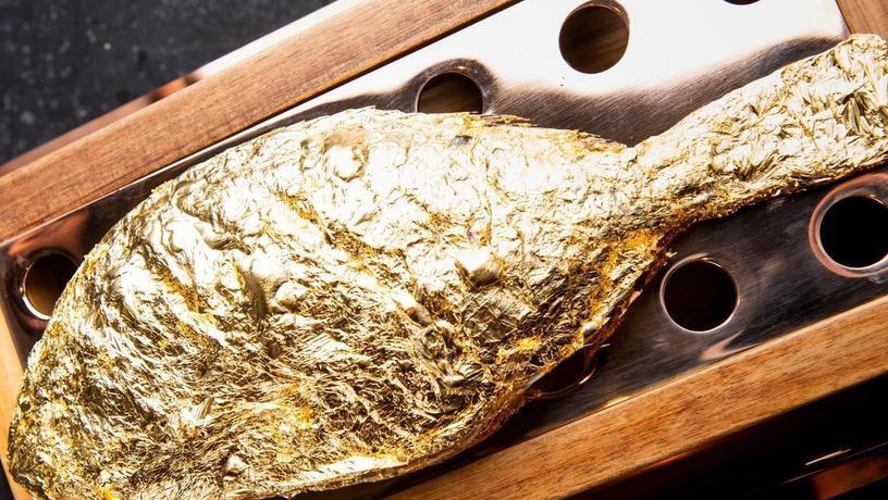 Дубайский ресторан запекает рыбу в золоте