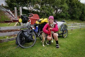 Британка колесит по миру на велосипеде, чтобы спасать собак