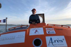 Француз путешествует по Атлантическому океану в неуправляемой бочке