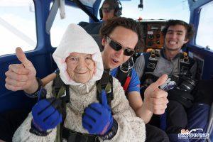 102-летняя бабушка прыгнула с парашютом ради благотворительности