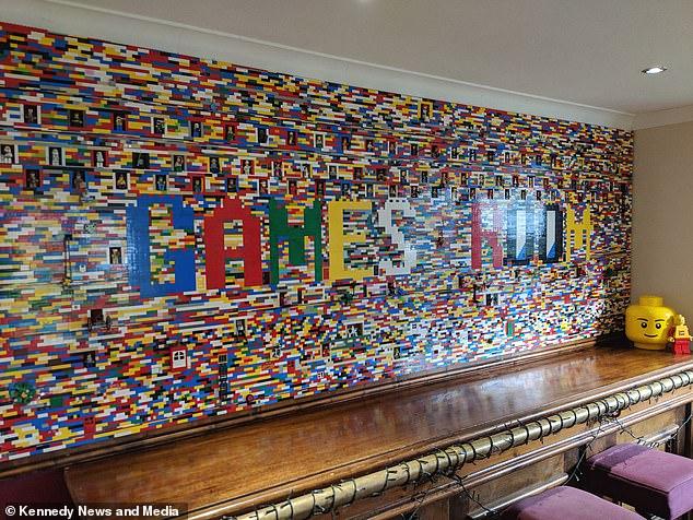 Семья потратила 10 месяцев и 2000 фунтов, чтобы построить стену из Lego