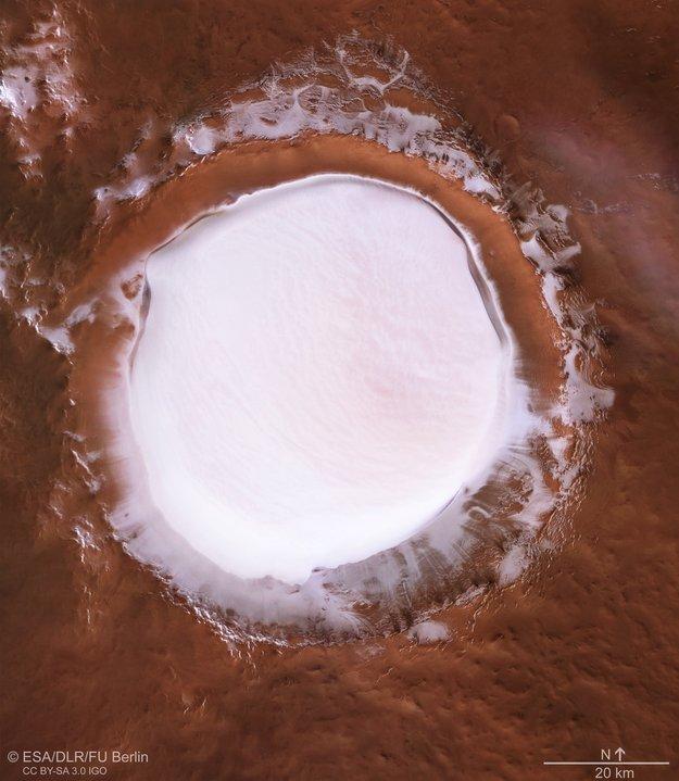 На Марсе сфотографировали кратер, заполненный льдом