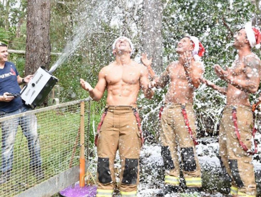 Горячие австралийские пожарные создают дух Рождества.Вокруг Света. Украина