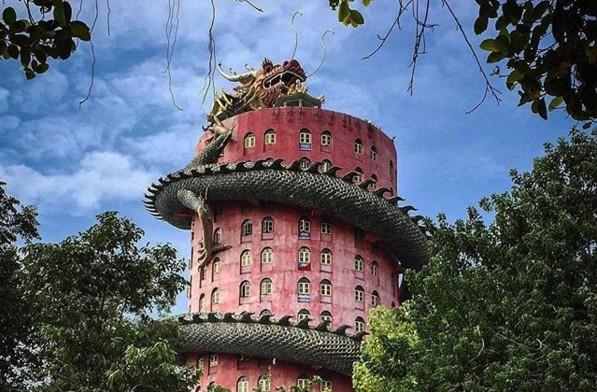 Розовый храм с драконом в Таиланде