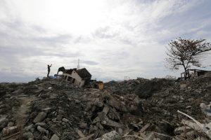 Число жертв цунами в Индонезии выросло до 281