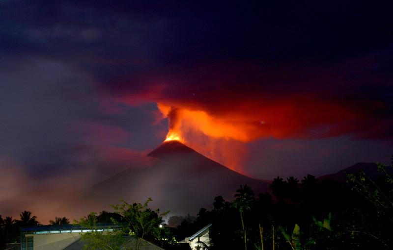 В Индонезии после землетрясения произошло извержение самого мощного вулкана