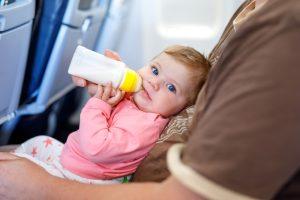 С ребенком на борту: правила провоза детского питания
