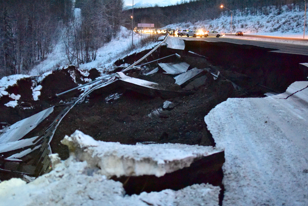 Отцовский инстинкт: житель Аляски спас ребенка во время землетрясения