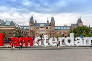 В Амстердаме демонтировали знаменитый знак (видео)