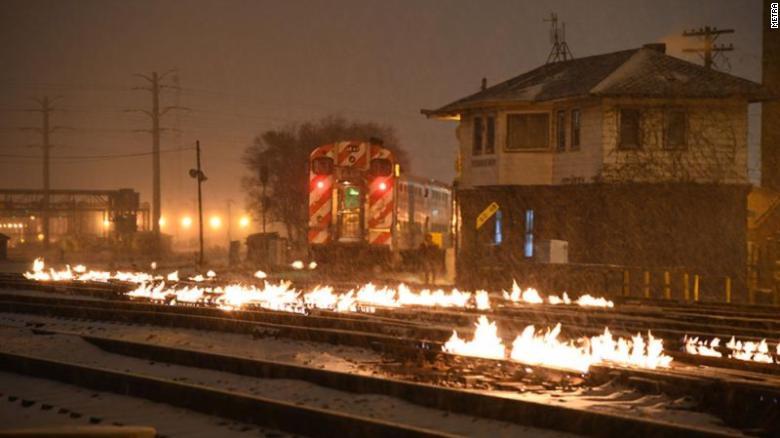 В США настолько холодно, что железнодорожники поджигают рельсы