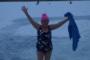 Боевое крещение: 77-летняя россиянка проплыла подо льдом Байкала