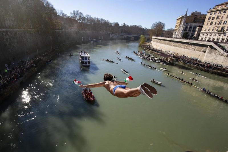 Четверо итальянцев встретили Новый год, спрыгнув с моста