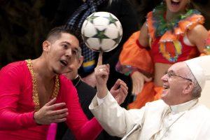 Папа Франциск показал трюк с мячом на пальце (видео)