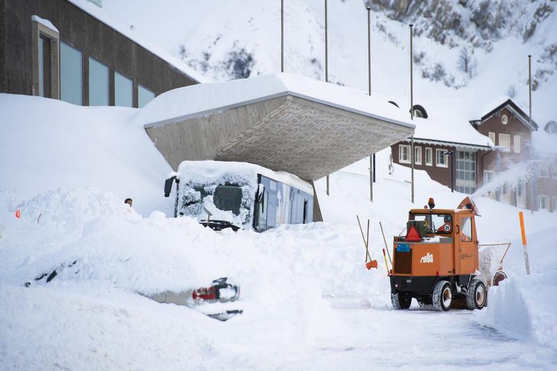 Лавина накрыла отель в Швейцарских Альпах