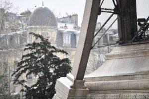 В Париже из-за снегопада закрыли Эйфелеву башню