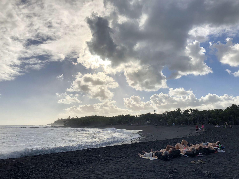 На Гавайях открылся новый пляж с черным песком