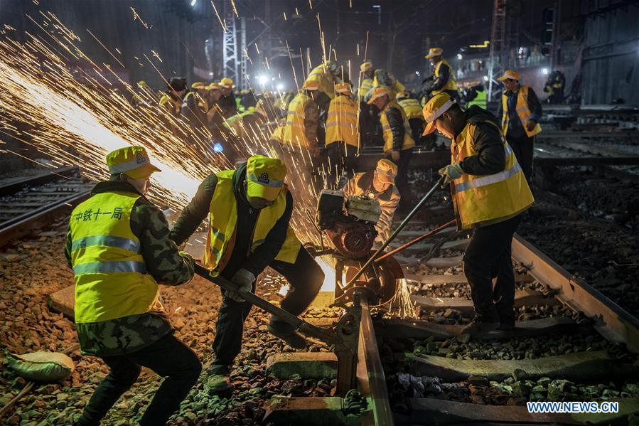 В Китае за шесть часов заменили все рельсы на вокзале