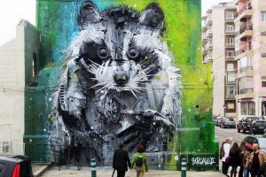 Вторая жизнь пластика: португальский уличный художник создает картины из мусора