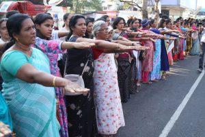 В Индии миллионы женщин выстроились в цепь