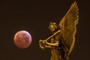 Астрономы показали падение метеорита на Луну во время затмения