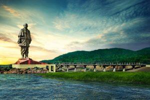 В Индии подножье самой высокой статуи мира очищают от крокодилов