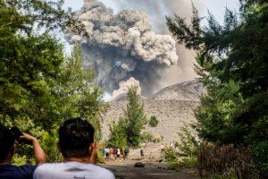 После извержения вулкан в Индонезии уменьшился на две трети