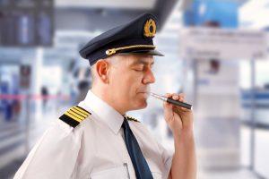 В Китае пилотам запретили курить в кабинах