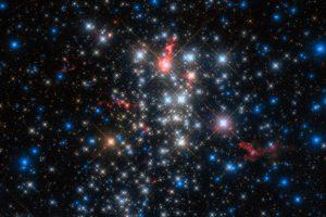 Астрономы обнаружили несколько звезд в облаке железной пыли