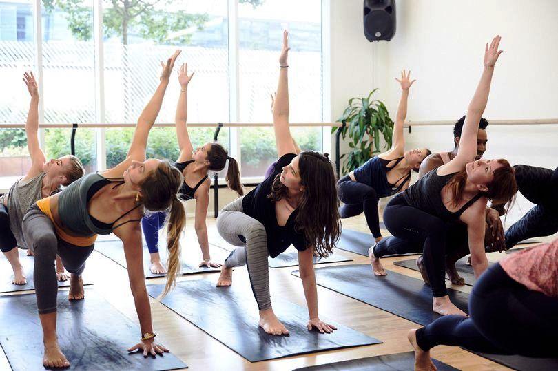 В лондонском аэропорту пассажирам предлагают снизить стресс с помощью йоги