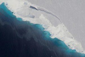 В леднике Антарктиды обнаружили гигантскую дыру