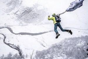 Альпинист и бейсджампер спрыгнул со