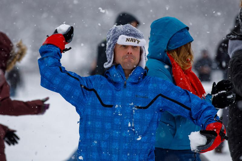В Вашингтоне сотни людей вышли поиграть в снежки, прочитав пост в Facebook