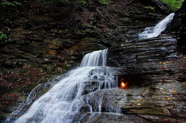 Уникальное природное явление: Водопад вечного огня