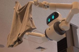 Стирка на расстоянии: японцы создали робота, помогающего развешивать белье