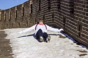 Великая Китайская стена превратилась в каток (видео)