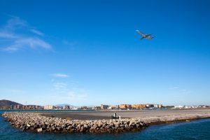 Пассажиры сняли на видео, как ветер раскачивает их самолет