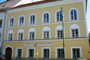 Австрия заплатит 1,5 млн евро хозяйке дома, где родился Гитлер