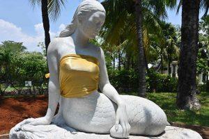 В Индонезии статуям русалок прикрыли грудь