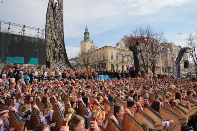 Во Львове 407 бандуристов исполнили произведения Шевченко (видео)